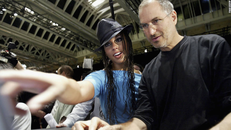 "<a href=""http://www.cnn.com/specials/tech/steve-jobs-the-man-in-the-machine"">Jobs</a> shows R&B singer Alicia Keys how to use iTunes in London in 2004."