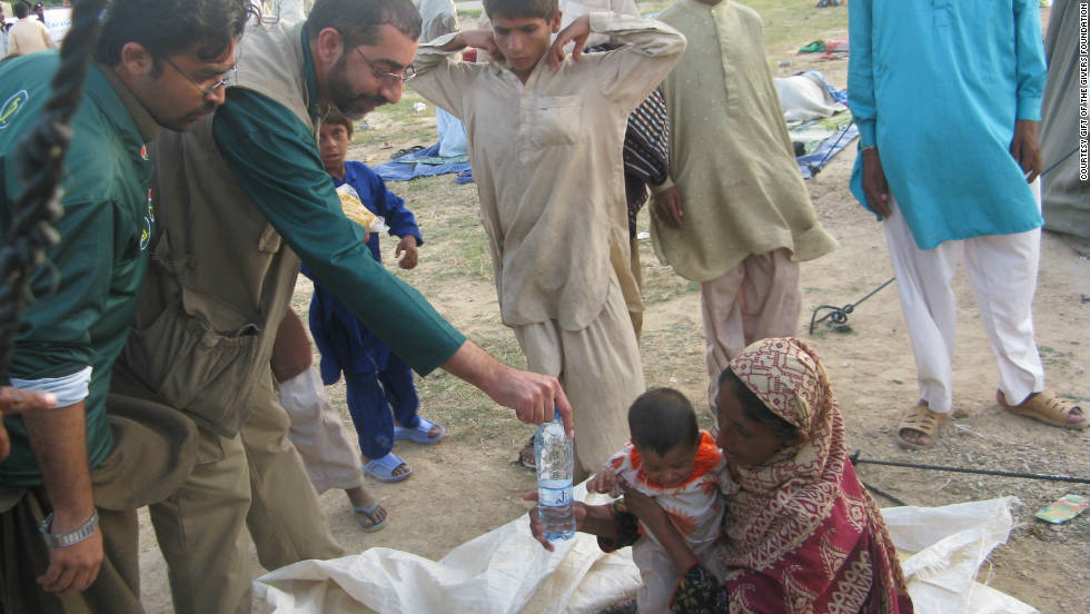 Sooliman delivering aid in the Razakabad flood relief camp in Pakistan last year.