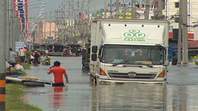 Residents evacuate from Thai floodwaters