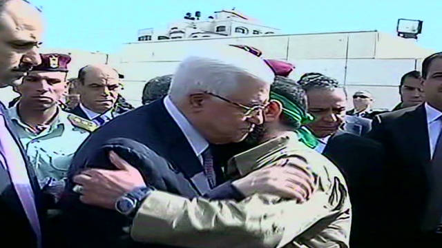 Abbas greets prisoners after swap