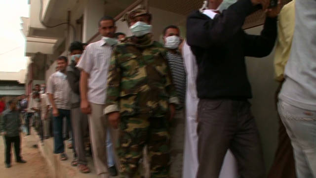Hundreds wait to see Gadhafi's body