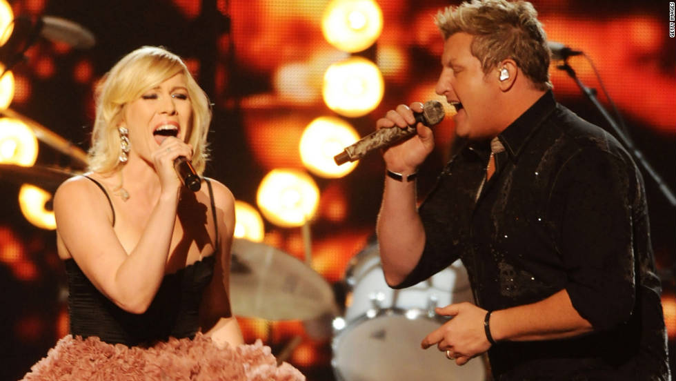 "Rascal Flatts' Gary LeVox performs ""Easy"" with pop singer Natasha Bedingfield."