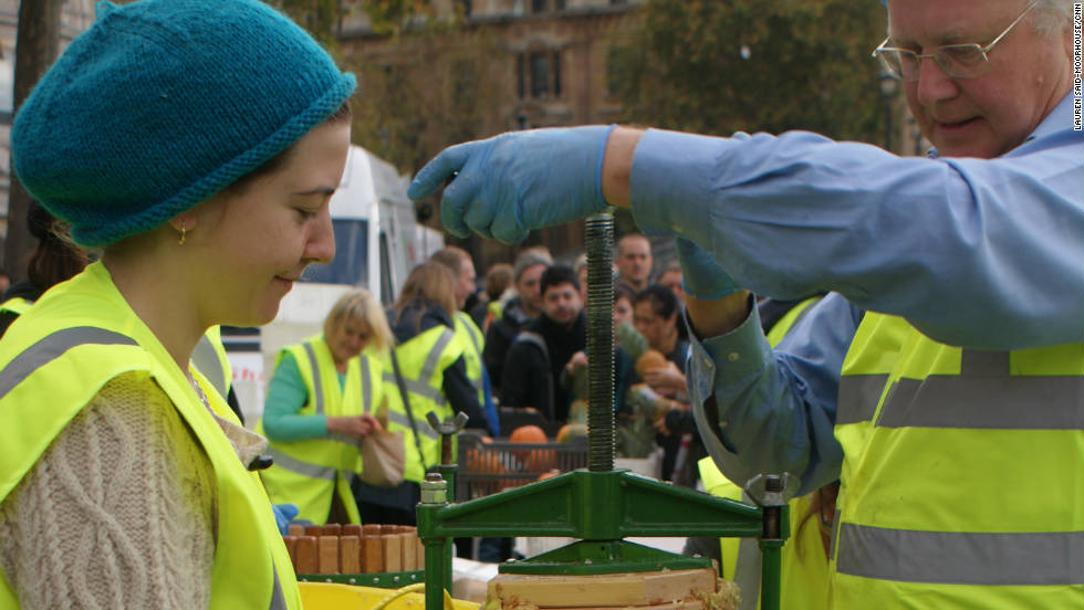 The public participated in apple pressing using surplus apples which were then given out to drink. With waste at the forefront, nothing was thrown away as the leftover remnants were fed to pigs on site.