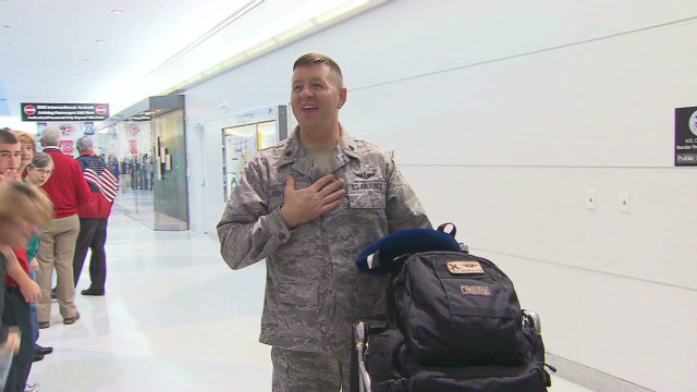 nat last airmen return home from iraq_00005510