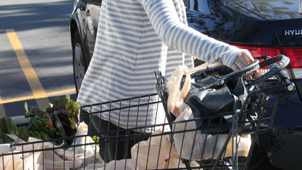 Haylie Duff goes grocery shopping in Calabasa.