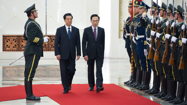 South Korea's President Lee Myung-Bak (C) walks with his Chinese counterpart Hu Jintao (2nd L) in Beijng on January 9, 2012.