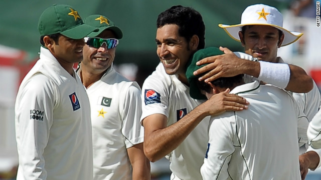 Bowler Umar Gul (center) took four wickets as Pakistan won the third and final Test against England.