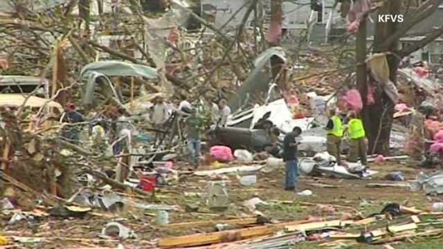 Tornadoes ravage central U.S.