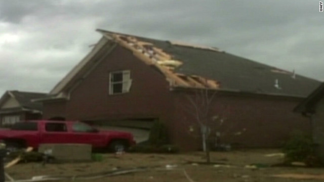 Apparent tornado damages Alabama homes
