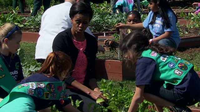 Kids plant veggies in White House garden