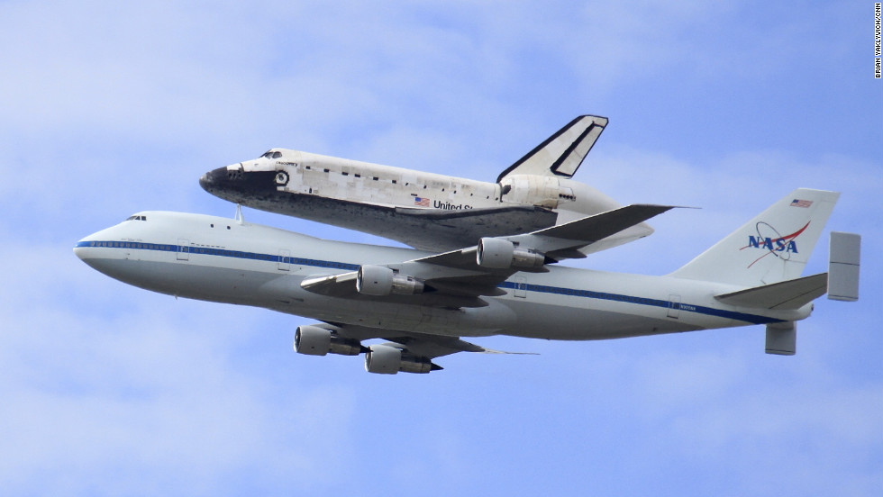 Discovery flies over the National Mall before being retired at the Udvar-Hazy Center.