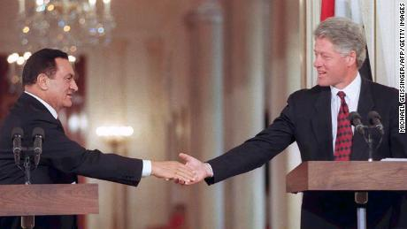 Mubarak and US President Bill Clinton hold a joint press conference in 1995. At the time, he was a key ally of the West.