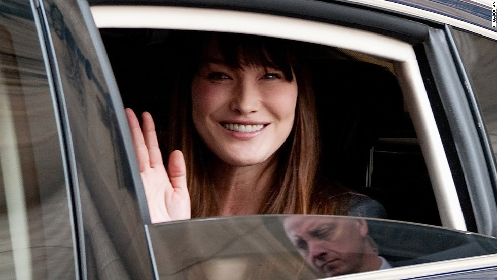 Sarkozy and wife Carla Bruni leave the Élysée Palace after Hollande's investiture.