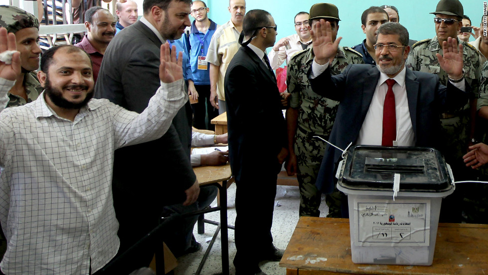 Muslim Brotherhood candidate Mohammed Mursi casts his ballot at a polling station in the city of Zagazig.