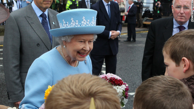 Queen Elizabeth II arrived in Northern Ireland on Tuesday for a visit that will include a historic meeting with deputy first minister Martin McGuinness, a former IRA leader