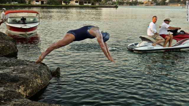 Endurance swimmer halfway to Florida Keys