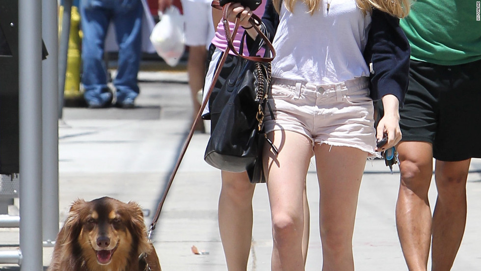 Amanda Seyfried grabs lunch with some friends in Hollywood.