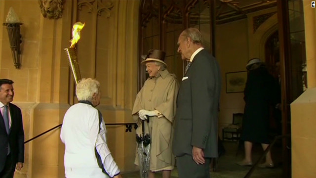 Queen welcomes Olympic torch