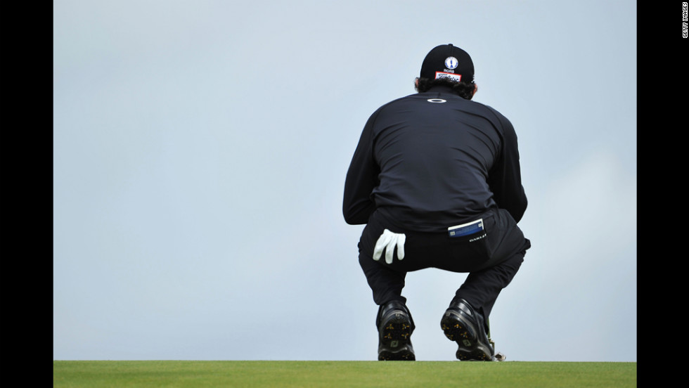 Rory McIlroy of Northern Ireland lines up a putt on the ninth green on Thursday.