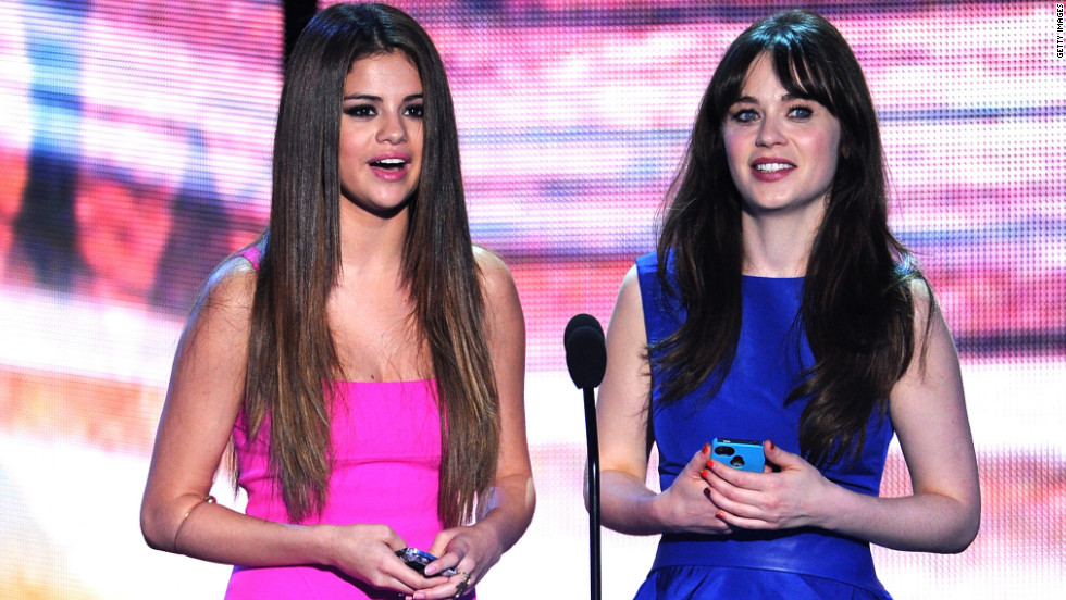 Selena Gomez and Zooey Deschanel speak during the Teen Choice Awards.