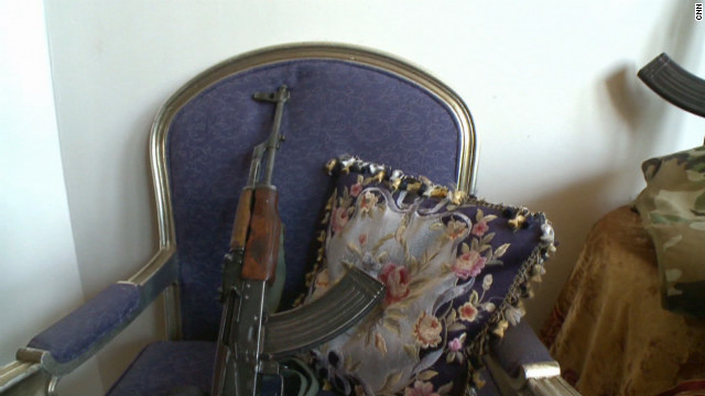 Syrian rebels show off weapons