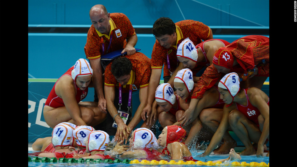 Spain's head coach Miguel Oca Gaia, center, talks to his players during their women's water polo match against China on Monday.