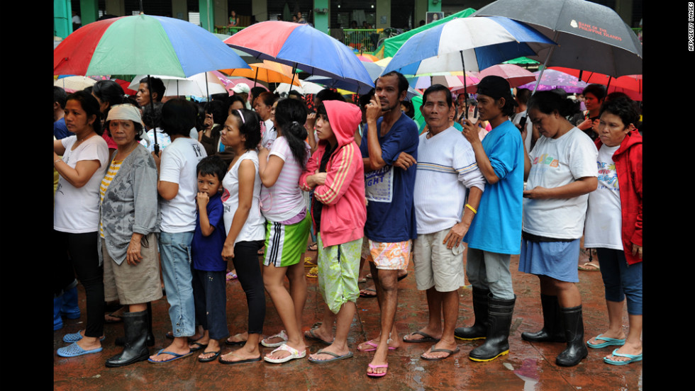 Rain continued to falls as flood victims line up to receive relief goods at the Marikina evacuation center.