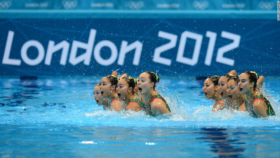 Japan's synchronized swimming team comes up for air -- as a group -- after staying underwater for a record 4 minutes, 22 seconds.