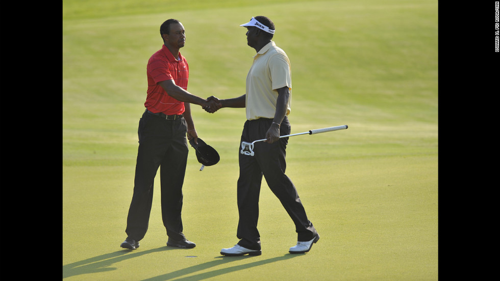 Tiger Woods and Vijay Singh concluding their round.