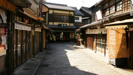 Kawagoe City in Saitama Prefecture has preserved an area of streets lined on both sides with buildings that look like they've been taken straight from a samurai period drama.