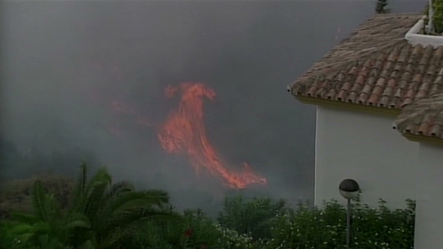 Thousands flee wildfire on Spanish coast