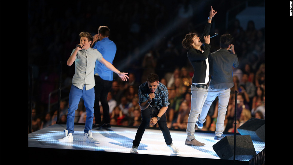 From left, One Direction singers Niall Horan, Liam Payne, Louis Tomlinson, Harry Styles and Zayn Malik perform Thursday night.
