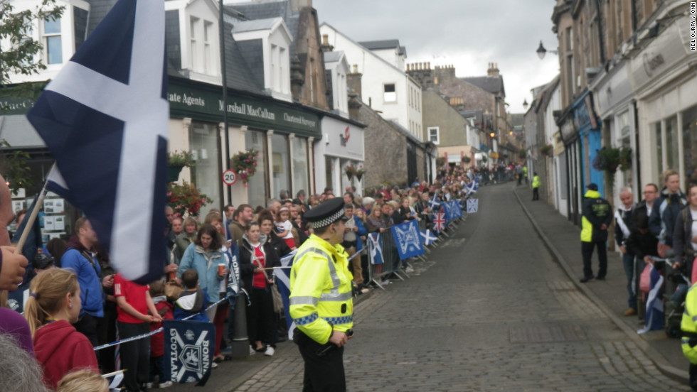 Thousands lined the streets of the Scottish town of Dunblane to welcome home local hero and U.S. Open champion Andy Murray.