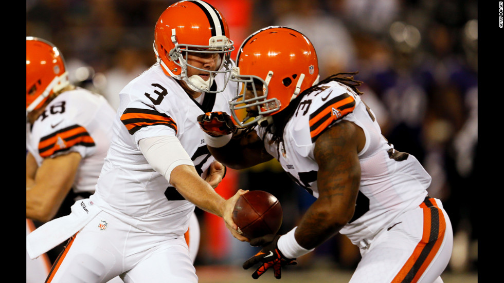Quarterback Brandon Weeden of the Cleveland Browns hands off to running back Trent Richardson on Thursday.