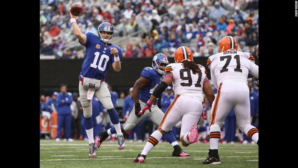 Giants quarterback Eli Manning throws a pass during Sunday's game against the Browns.