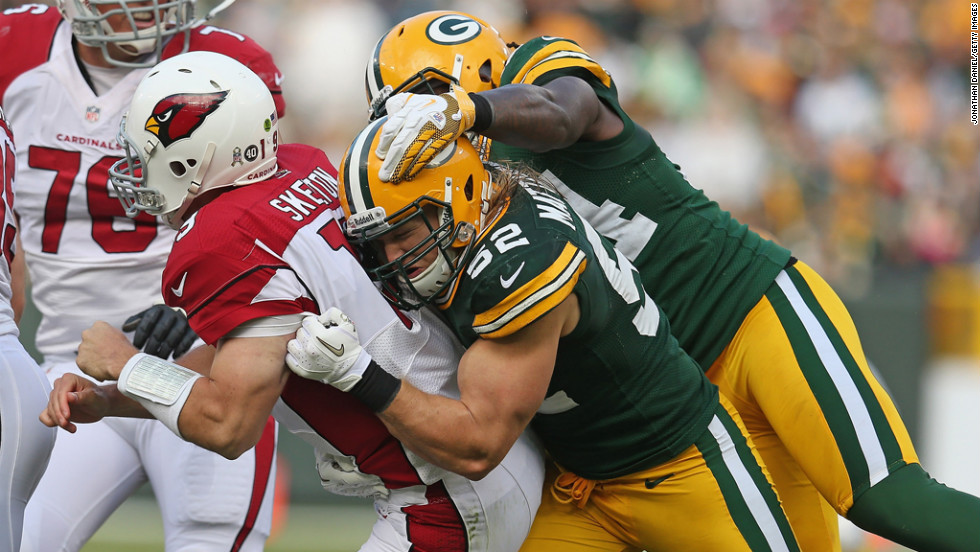 Clay Matthews and Dezman Moses of the Packers hit John Skelton of the Cardinals on Sunday.