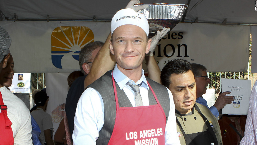 Neil Patrick Harris gives back by serving food at the Los Angeles Mission on November 21.