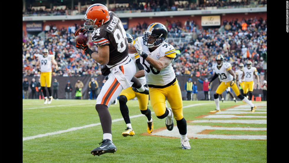 Tight end Jordan Cameron of the Browns catches a pass for a touchdown while under coverage from inside linebacker Larry Foote of the Steelers on Sunday.