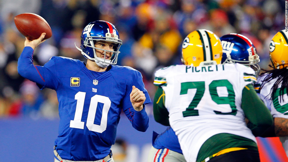 Giants quarterback Eli Manning drops back to pass against the Packers.