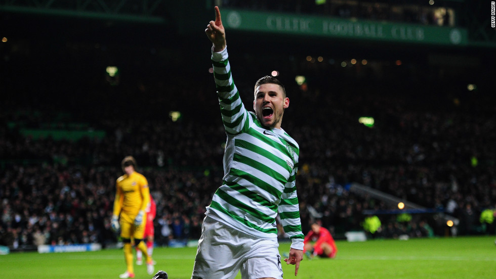Gary Hooper and Kris Commons were the stars as Celtic claimed a 2-1 win over Spartak Moscow to clinch its place in the knockout phase.  Hooper's 21st minute strike gave the Scottish champions the lead, only for Ari to equalize six minutes before the break. Commons fired home the winner from the penalty spot with nine minutes remaining.