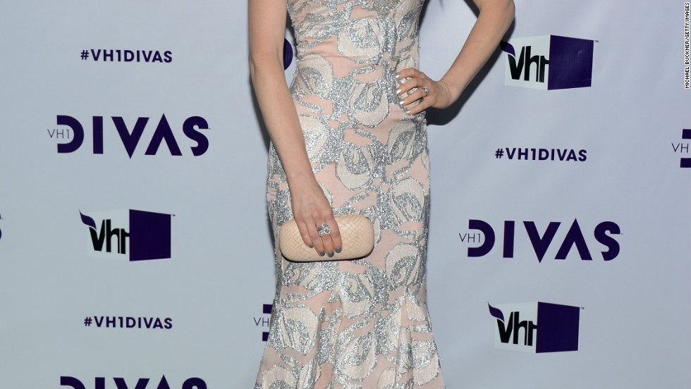 Ellie Kemper poses on the purple carpet at VH1 DIVAS.