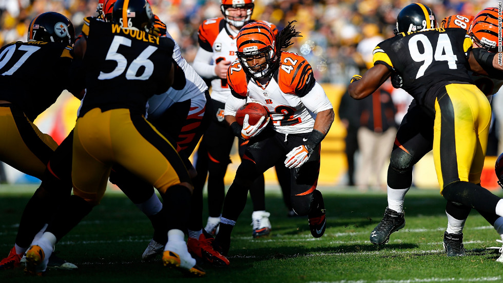 BenJarvus Green-Ellis of the Bengals runs with the ball against the Steelers in the first half on Sunday.