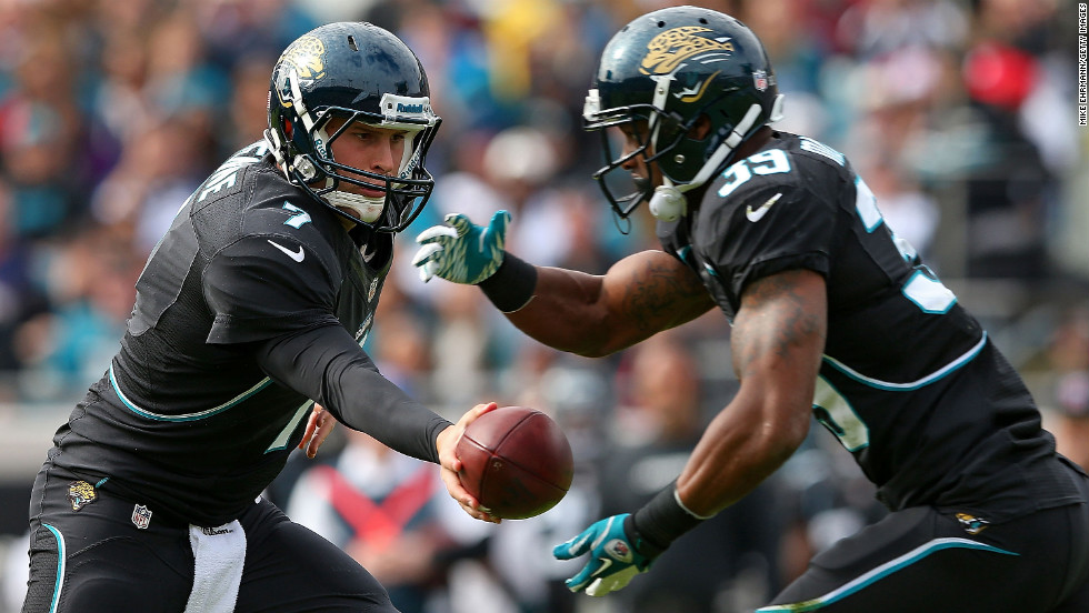 Chad Henne hands off to Richard Murphy of the Jaguars against the Patriots on Sunday.
