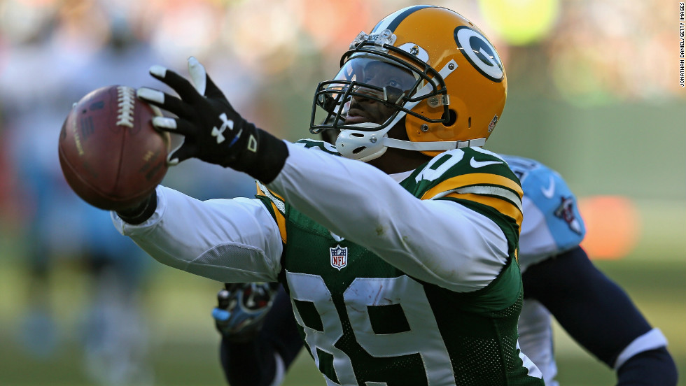 James Jones of the Packers tries in vain to catch a pass against the Titans on Sunday.