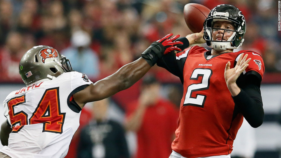 Lavonte David of the Tampa Bay Buccaneers pressures Matt Ryan of the Atlanta Falcons on Sunday.
