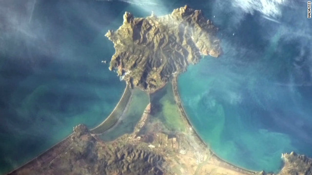 Tweeting amazing images from space