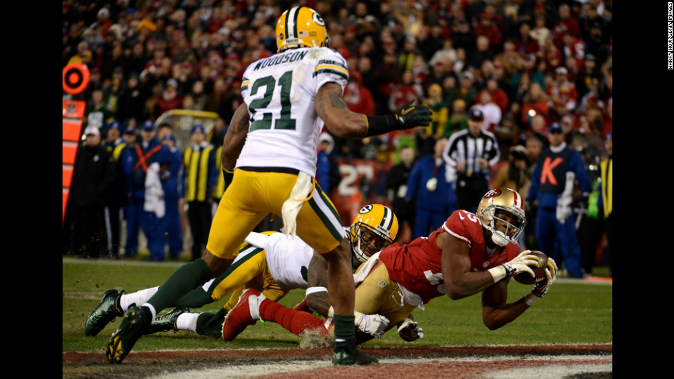 Crabtree catches a touchdown pass thrown by Kaepernick against the Packers in the second quarter.