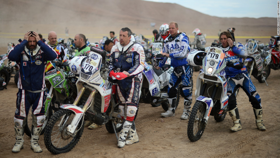 No. 170 Stefano Rampolla and No. 179 Jan Bastiaan Nijen Twilhaar wait to start Stage 6 on January 10.