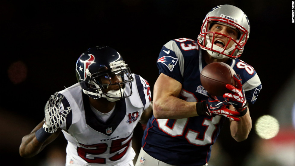 Wes Welker of the Patriots catches a pass in the second quarter against Kareem Jackson of the Texans on Sunday.