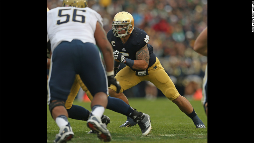 Te'o makes a play against the Pittsburgh Panthers at Notre Dame Stadium on November 3, 2012.